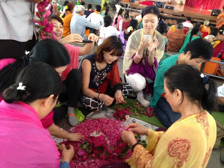 India_Mysore_chinese_girls_flowers