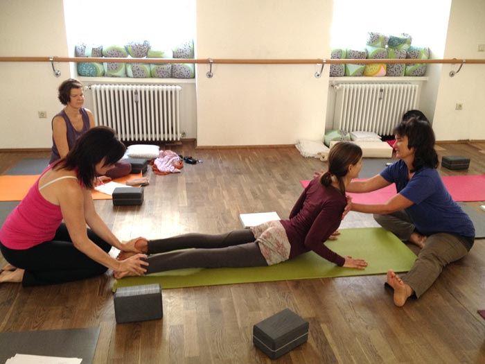 TriYoga_Level1TYTT_Johanna_Elke_Graz_oct2014_assisting