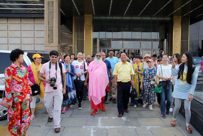 Sri Swamiji departs on sightseeing tour