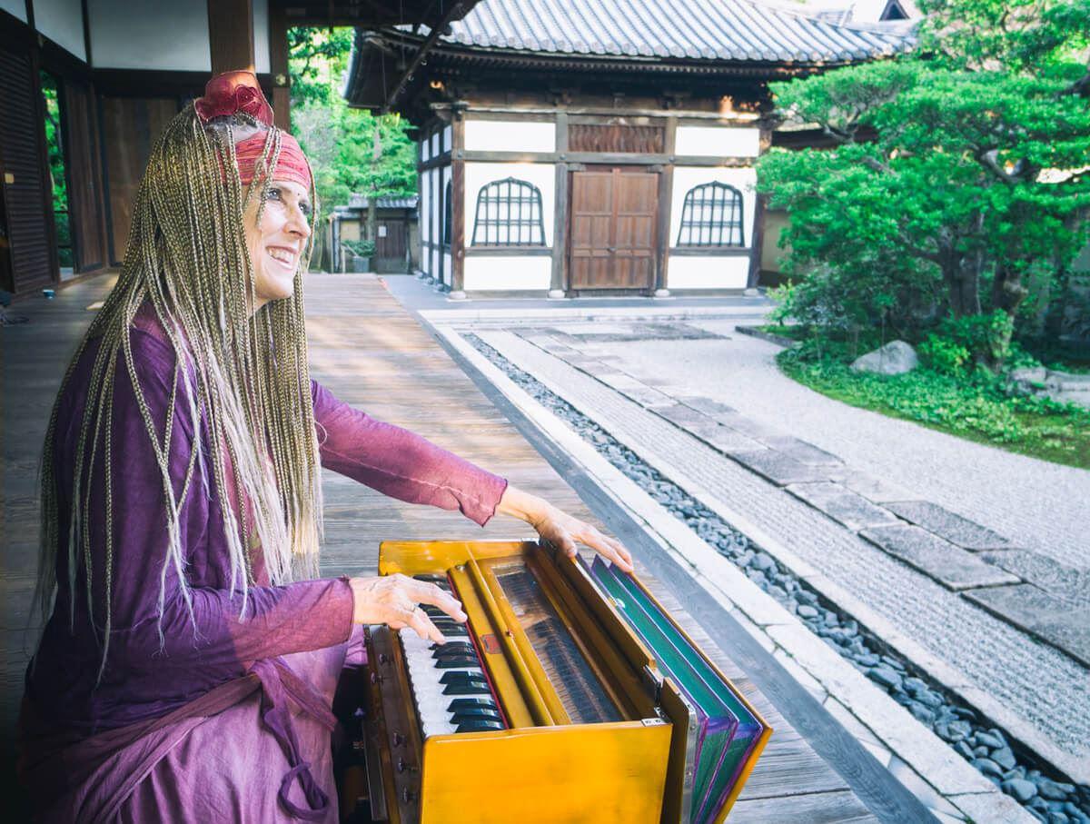 Kaliji_Japan_temple_harimonium