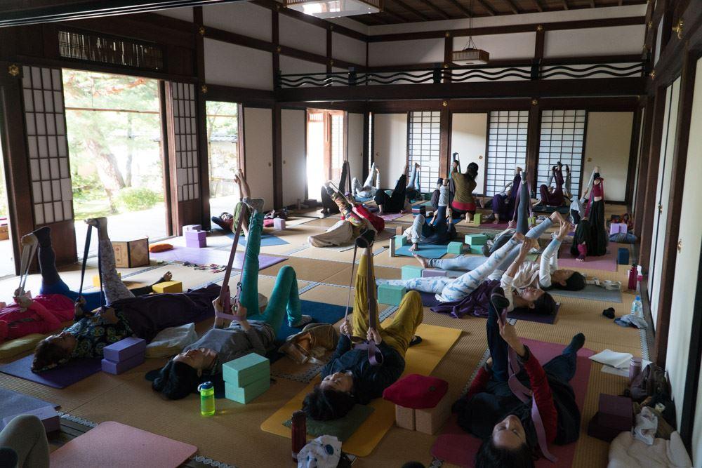 TriYoga_class_Japana2017_legstretch