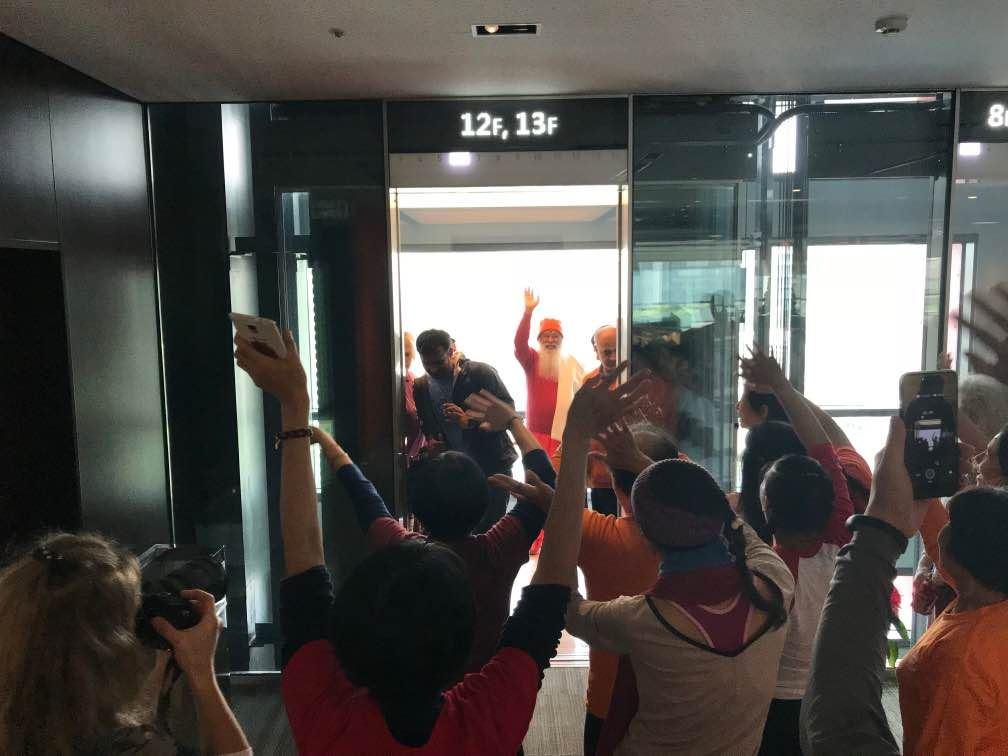 SriSwamiji_TYStudents_goodbye_Taiwan2017_byRishi