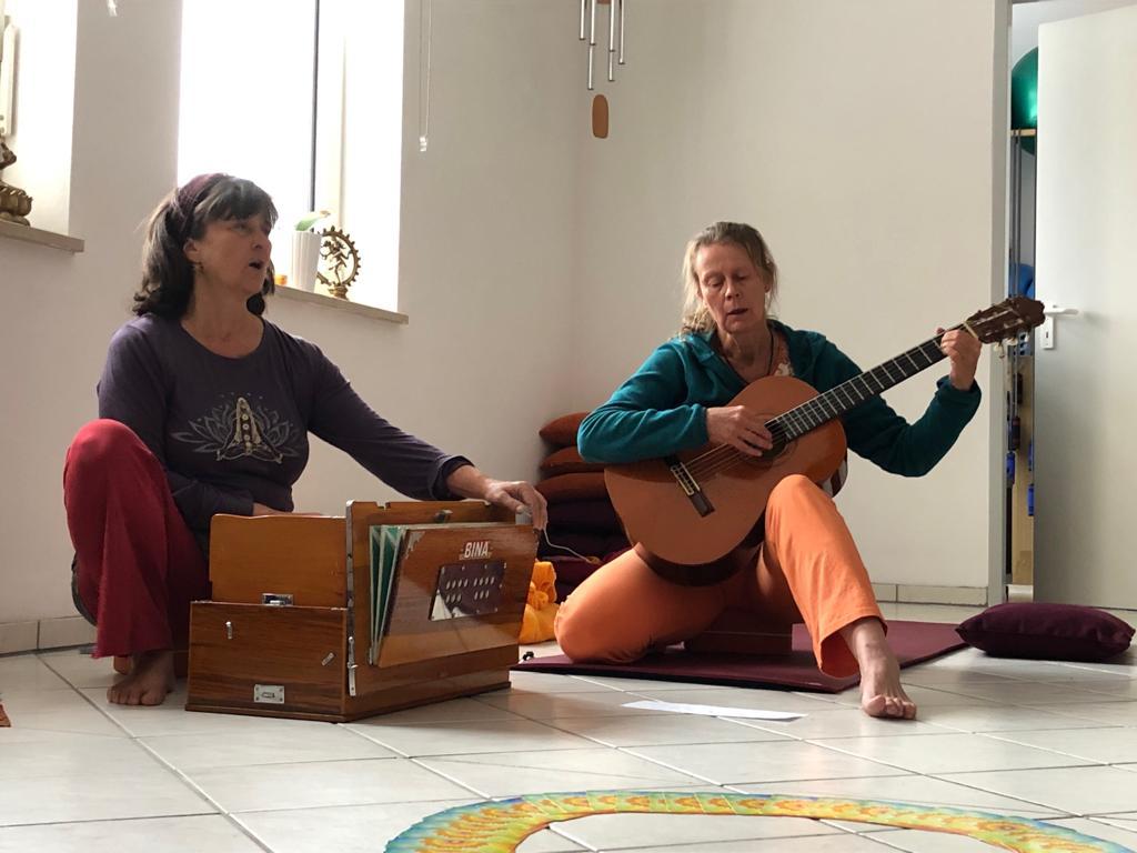 Johanna (harmonium) & Birgitte (guitar)